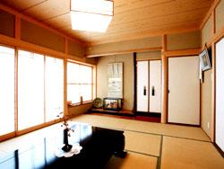 落ち着いた和室で窓が大きく広い空間です