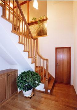バリアフリータイプの勾配が緩い安心な階段